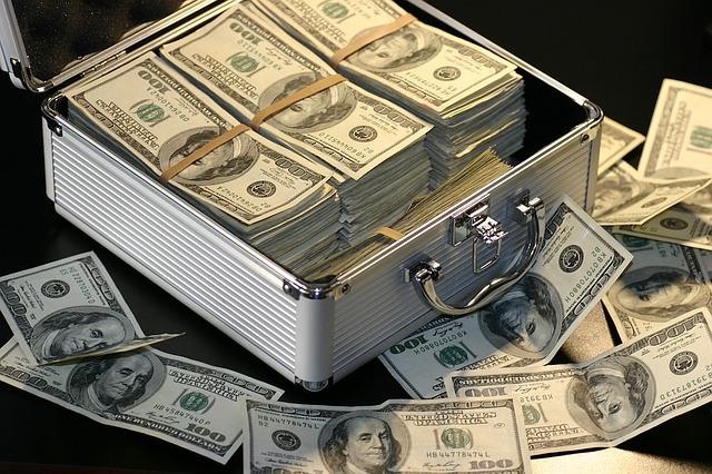 kufr plný dolarovek
