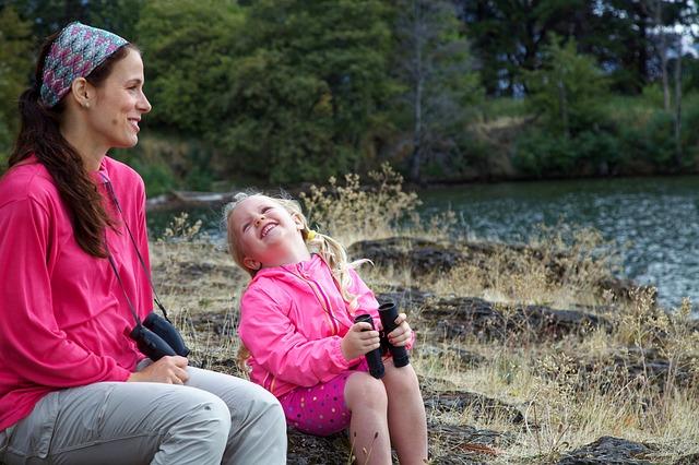 matka s dcerou v přírodě