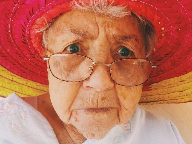 nevrlá starší žena