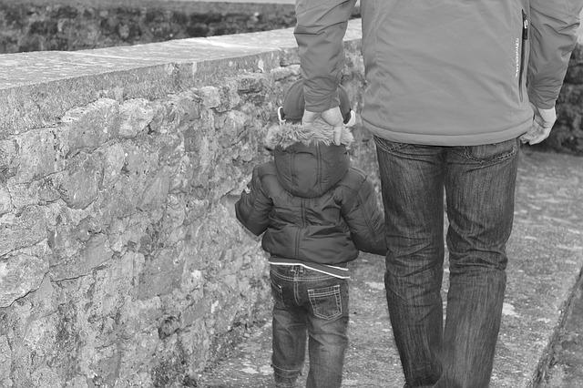 držení syna za kapucu