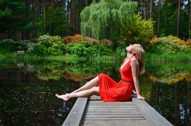 blondýna u jezera