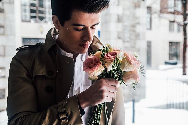 muž s kyticí