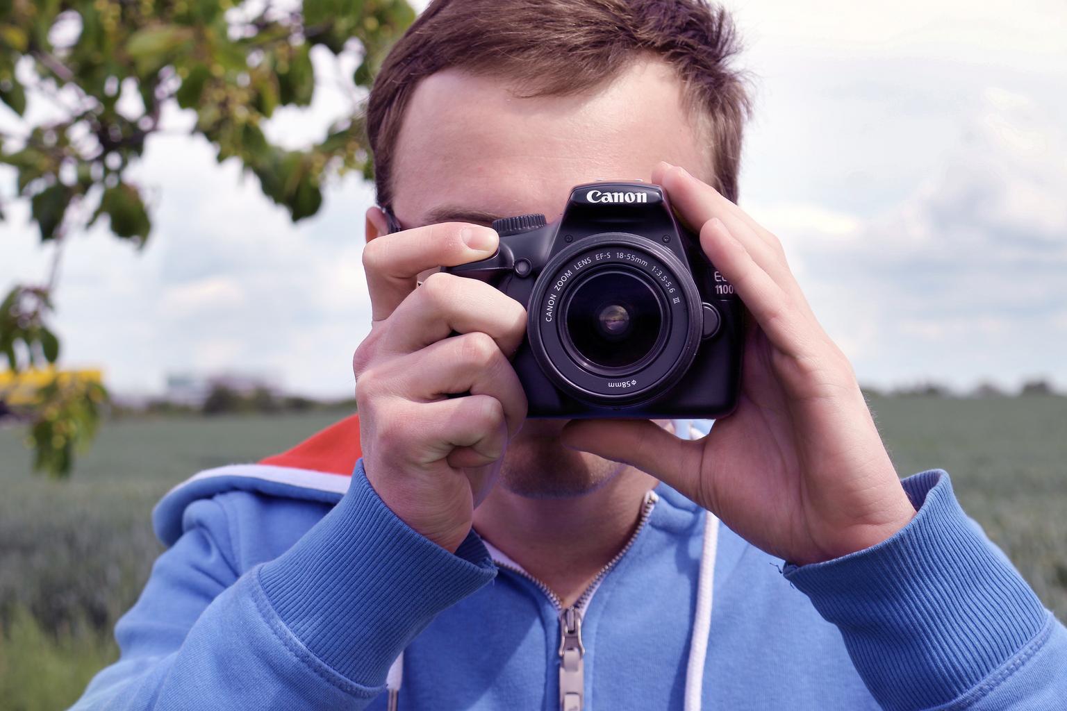muž fotí